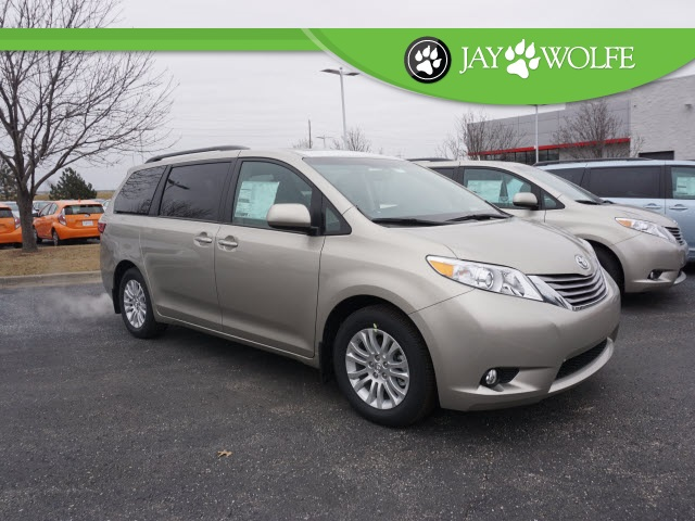 New 2017 Toyota Sienna Xle 4d Passenger Van In Kansas City